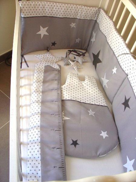 Un ensemble tour de lit, toise et gigoteuse assortis étoilés