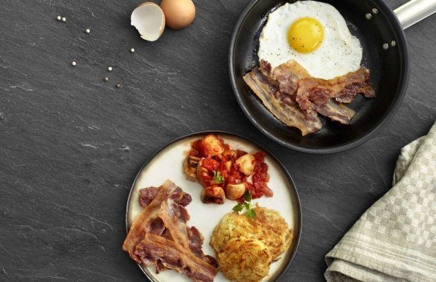 Œuf sur le plat au lard, champignons à la sauce tomate et röstis