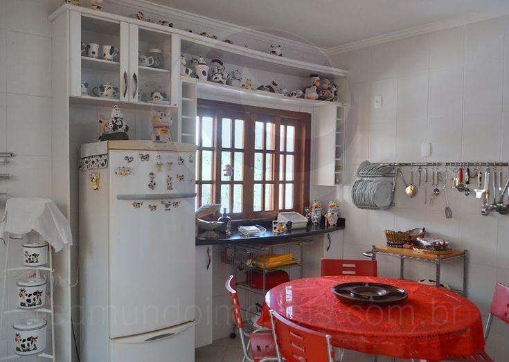 A cozinha possui excelente disposição entre a mesa de copa, ideal para tomar um café da manhã reforçado, e os eletrodomésticos da linha branca, incluindo um refrigerador de alta capacidade. Bancadas de granito preto e armários planejados completam o cômodo.