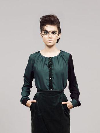 Pine Passage Blouse - Designed by Femke Agema  Speelse maar toch chique blouse met lange mouwen Groen met zwarte blouse met gerimpelde halslijn, lange mouwen en drukknoopsluiting. Materiaal: viscose en wol en ribfluweel.