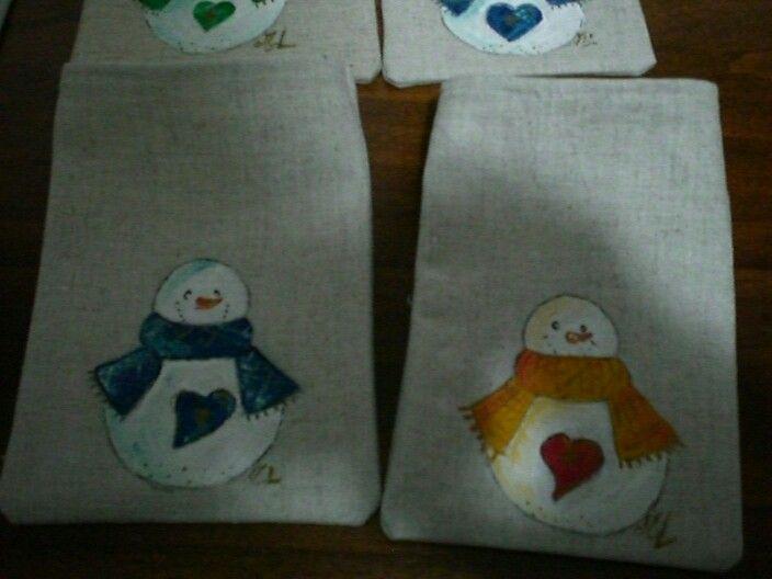 Pupazzi di neve dipinti su stoffa