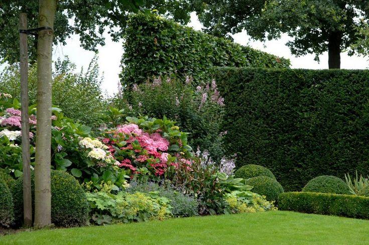 4 lagen: haag - hortensia - vrouwenmanten - gras; harmonieuze kleuren: paars - lila - roze - wit