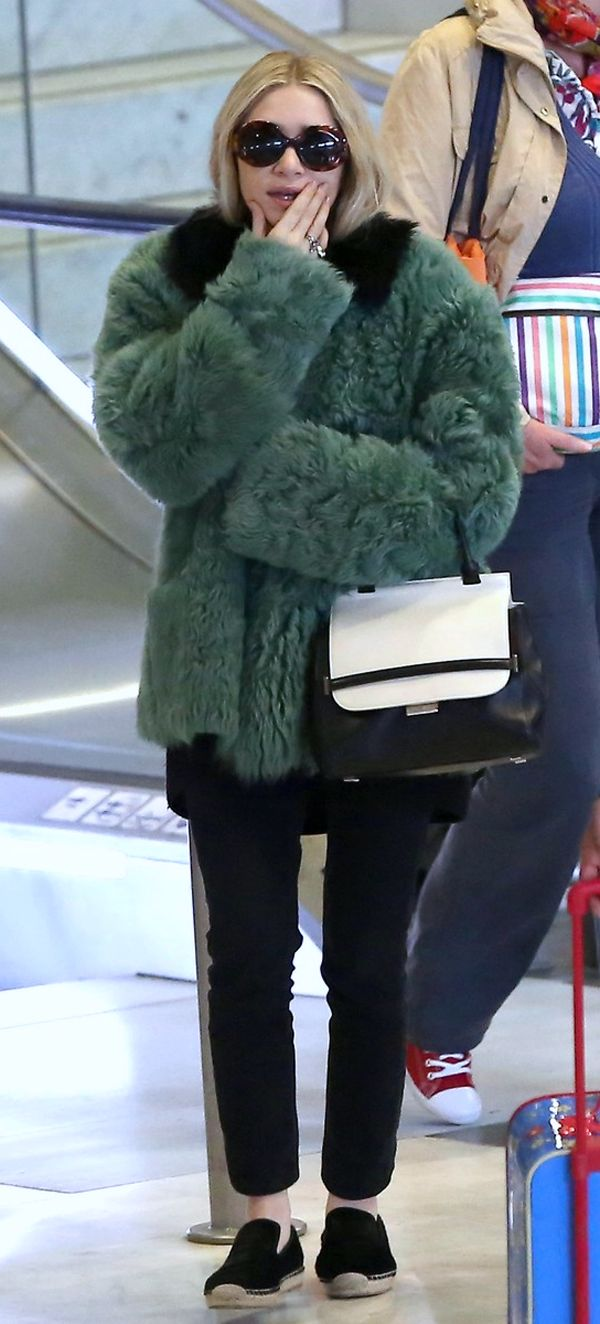 OLSENS ANONYMOUS ASHLEY OLSEN FASHION STYLE BLOG  ROUND TORT THE ROW SUNGLASSES LEATHER CONTRAST GREEN FUR FUZZY COAT TWO TONE THE ROW TOP HANDLE BLACK WHITE SATCHEL BAG SKINNY CROPPED BLACK JEANS DENIM CELINE FUR ESPADRILLE FLAT GET THE LOOK MARY KATE AND ASHLEY OLSEN PARIS AIRPORT PARIS FASHION WEEK FW 2013