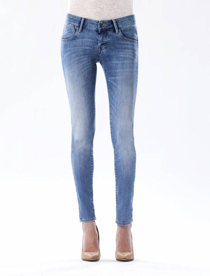 Gina Medium Blue Push-up Jeans  Description: Cup Of Joe is een denimlabel dat al dertig jaar te boek staat als een betaalbaar brand. COJ haalt zijn inspiratie uit de fijne vaak kleine dingen des levens. Daar jeans deel uitmaakt van ons dagelijks bestaan moeten we er net zo van genieten als bijvoorbeeld ons gebruikelijke kopje koffie. Dat is het motto.Of je nu een vintage een versleten indigo of zwarte strakke jeans wilt - bij voorkeur een exemplaar dat je dag en nacht kunt dragen - er is…