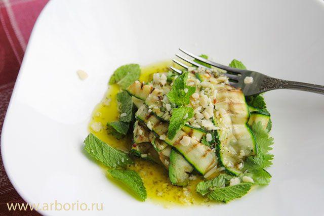 Обязательно приготовьте салат из кабачков! Молодые кабачки, мята, кинза и кисло-сладкая медово-лимонная заправка делают свое дело без всякой посторонней помощи.