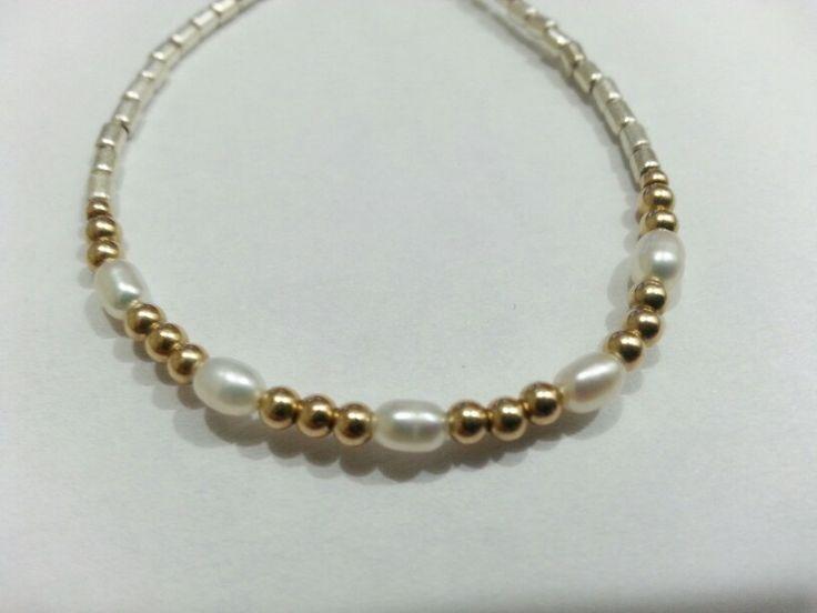Pulsera de plata, perlas de río y mostacillas bañadas en oro.