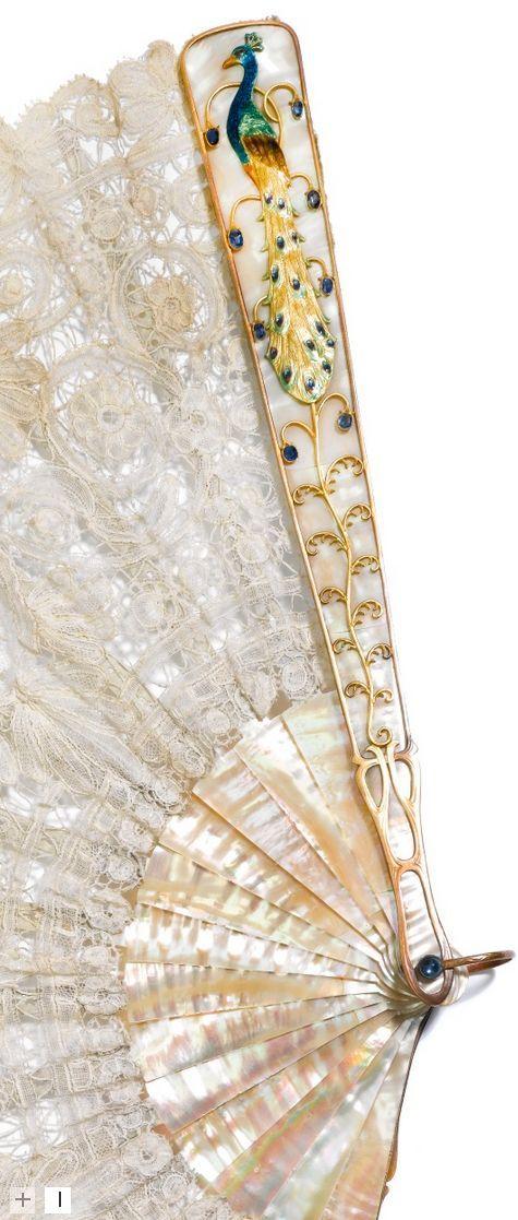 , alrededor del año 1910. La hoja de encaje mixta Bruselas con flores y volutas, el dorado montado chapeada madre - de-perla guardias cada uno aplica con un pavo real esmaltada colorida encaramado en una planta con flores calado de zafiro -set cabujón , cada uno firmado J. Th. Heinze , pivote de zafiro , la madre - de-perla palillos de marfil