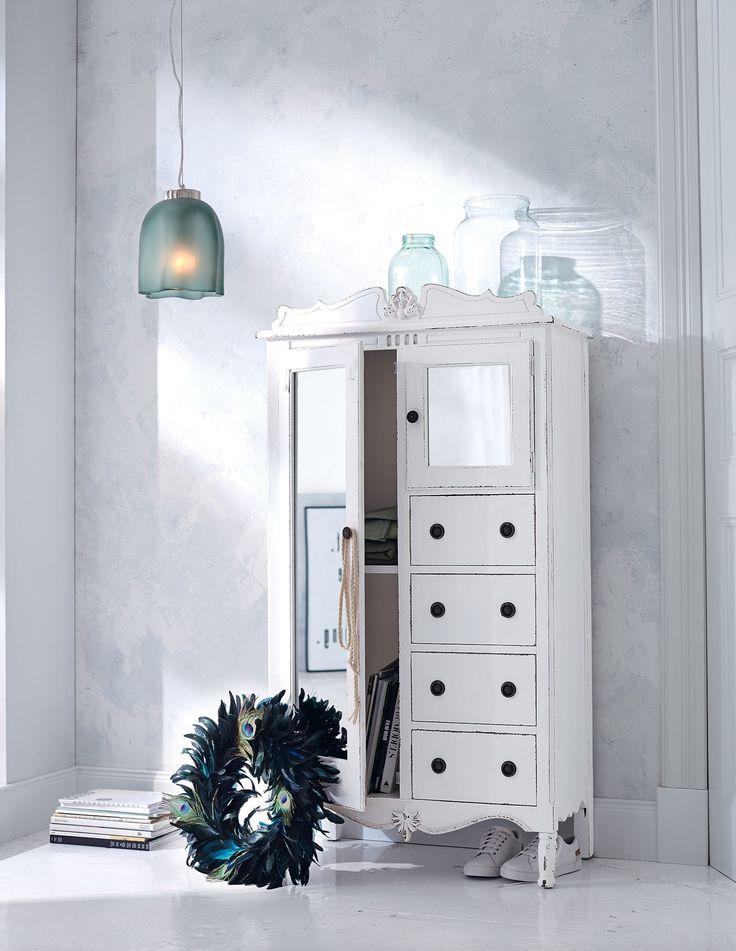 mit romantisch geschwungener Krone und aufwendigen barocken Verzierungen verlangt dieser traumschöne Spiegelschrank geradezu nach einem lässigen Stilbruch