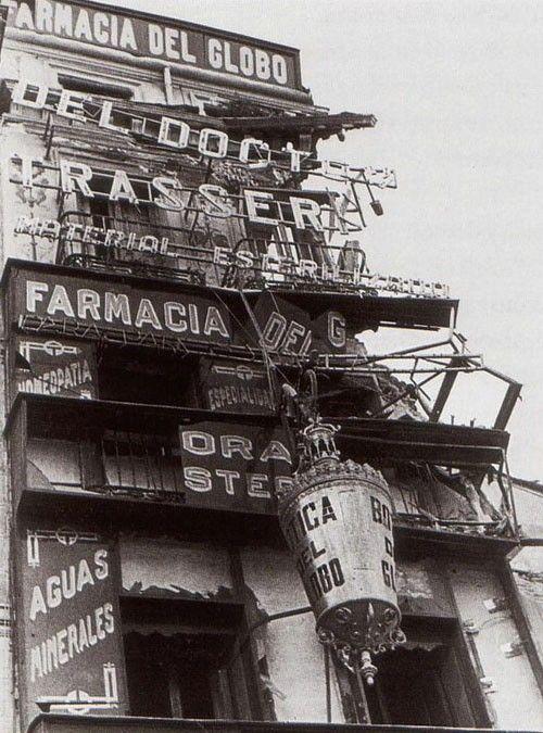 Antigua foto en, estado lamentable durante la guerra civil, de la Farmacia El Globo, una de las más antiguas de Madrid. Aún permanece abierta al público en la calle Atocha 46 LG