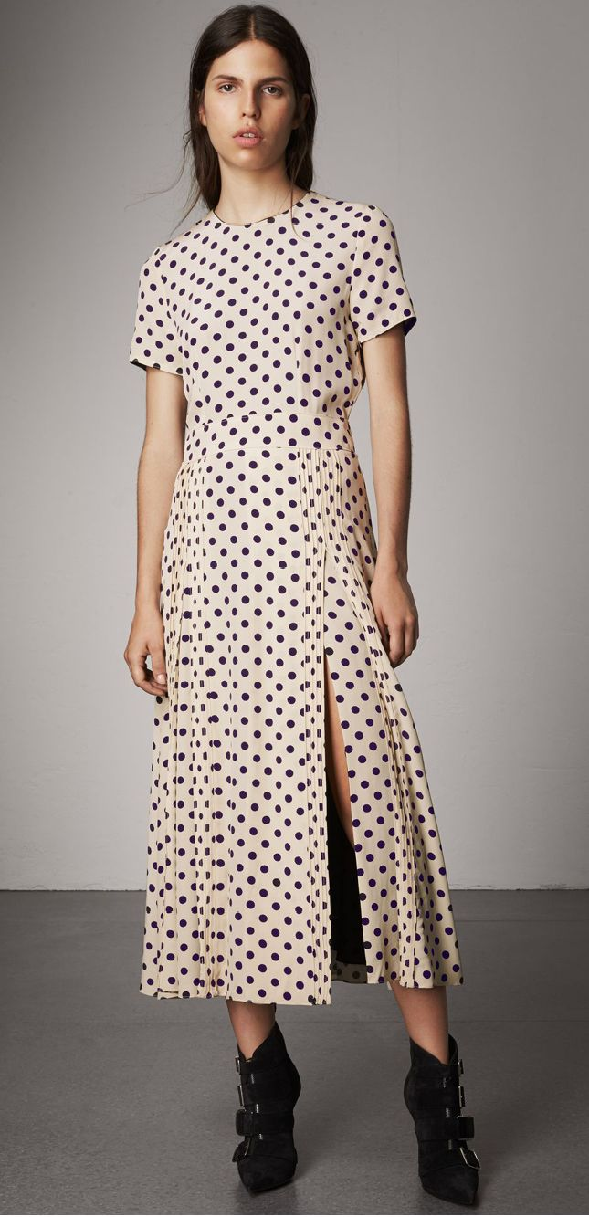 A short-sleeve dress in polka-dot silk. A waistband lends definition to the A-line shape, while the pintuck-detail skirt is cut with a high split to create movement.