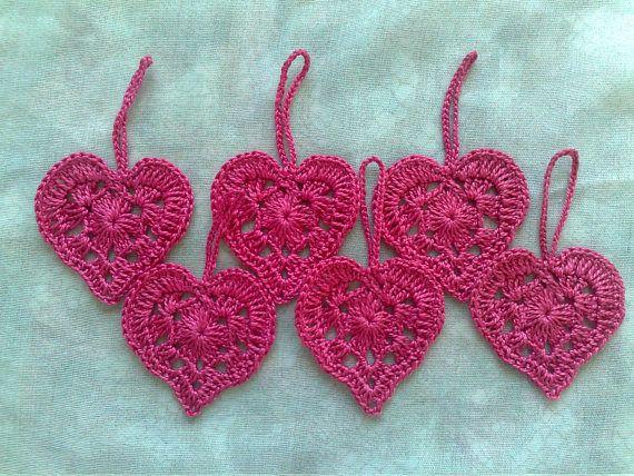 Gehäkelte Herzen Geschenkanhänger in pink
