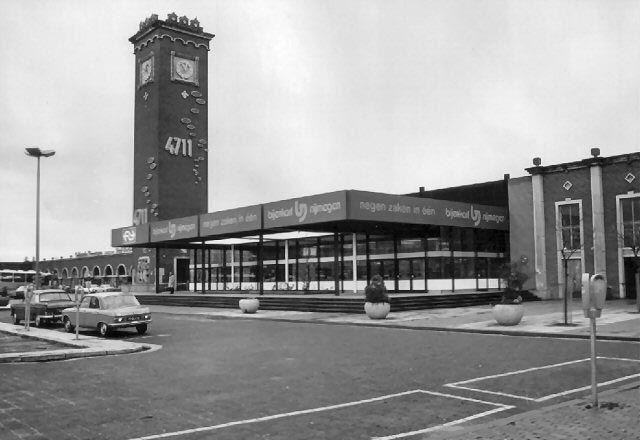 Foto van het station met de reclame 4711.