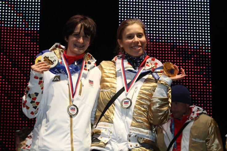 Olympijské vítězky Martina Sáblíková (vlevo) a Eva Samková ukázaly své zlaté medaile fanouškům v Olympijském parku na Letné.