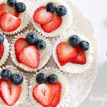 Blueberry Strawberry cheesecake only healthyCream Cheese, Cheesecake Yogurt, Yogurt Cupcakes, 100 Calories, Blueberry Cheesecake, Blueberries Cheesecake, Greek Yogurt, Minis Cheesecake, Cheesecake Cupcakes