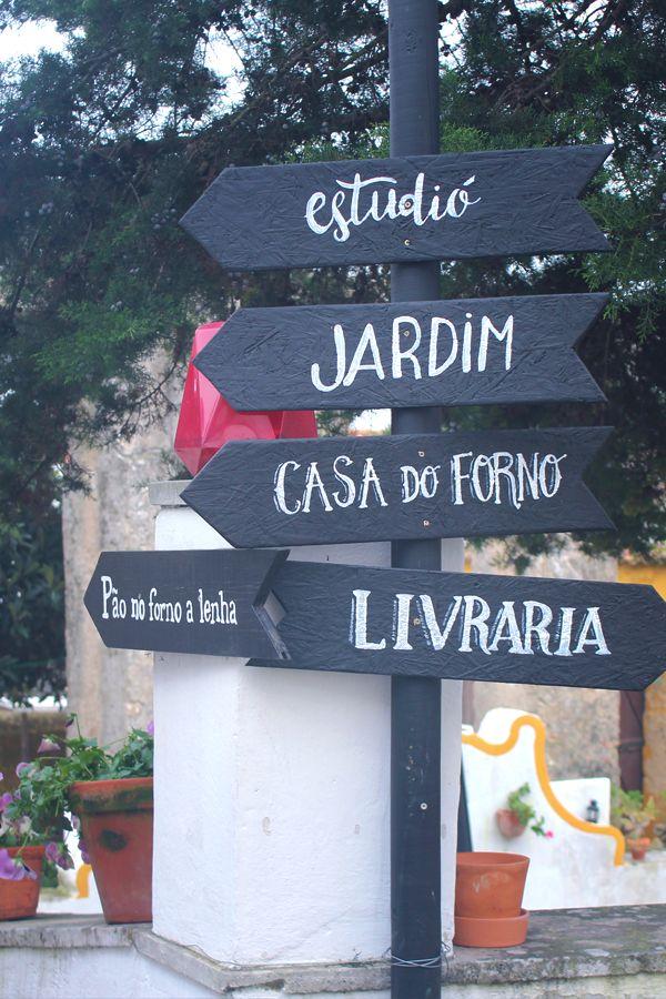 Escondida num dos mais emblemáticos edifícios da vila de Óbidos, na Livraria de Santiago reinam os tons da madeiras das estantes e as cores das lombadas dos livros que as ocupam. #viaverde #viagensevantagens #Portugal #centro #Óbidos #livros