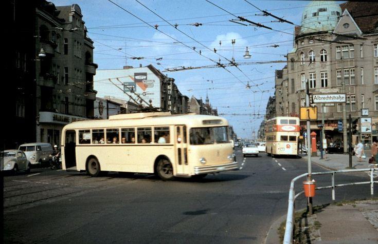 BERLIN 1964, kleiner Omnibus und Doppeldecker in Steglitz