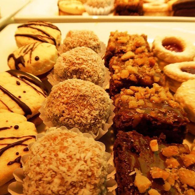 Bocados dulces de elaboración artesanal para despedir una agradable tarde de cóctel en Valparaíso 👌✨#cóctel #dulces #handmade #Valparaíso #Catering #banquetería #yummy
