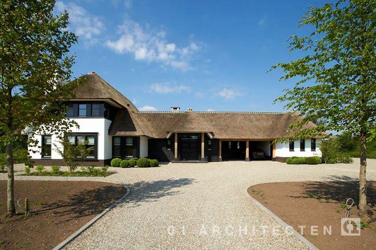 Exclusieve villa op de Veluwe met rieten dak, eikenhouten accenten, zwart hout en wit keimwerk