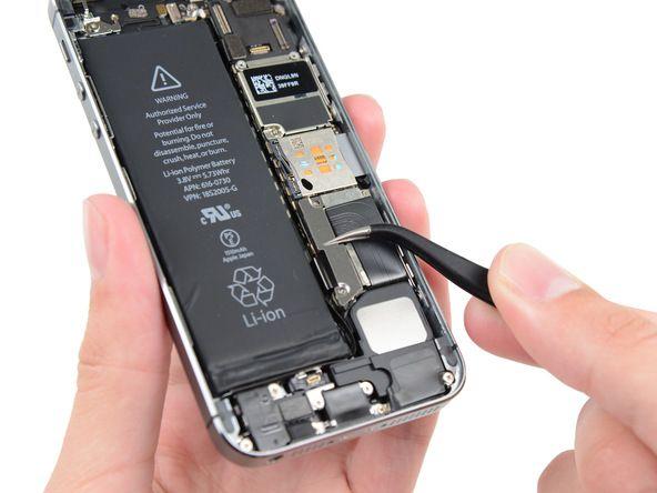 2. Fjern metallbatterikontakten fra iPhonen.