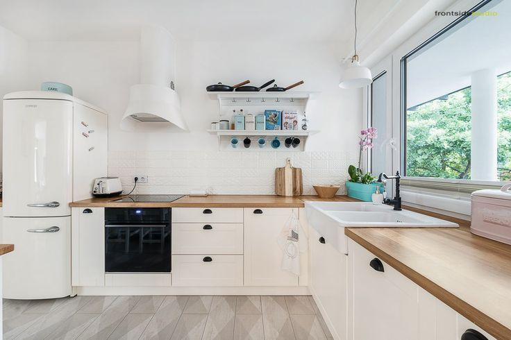 Aranżacja przestronnej i czystej kuchni, w której dominuje świeża skandynawska biel. Połączenie tak jasnego koloru z...