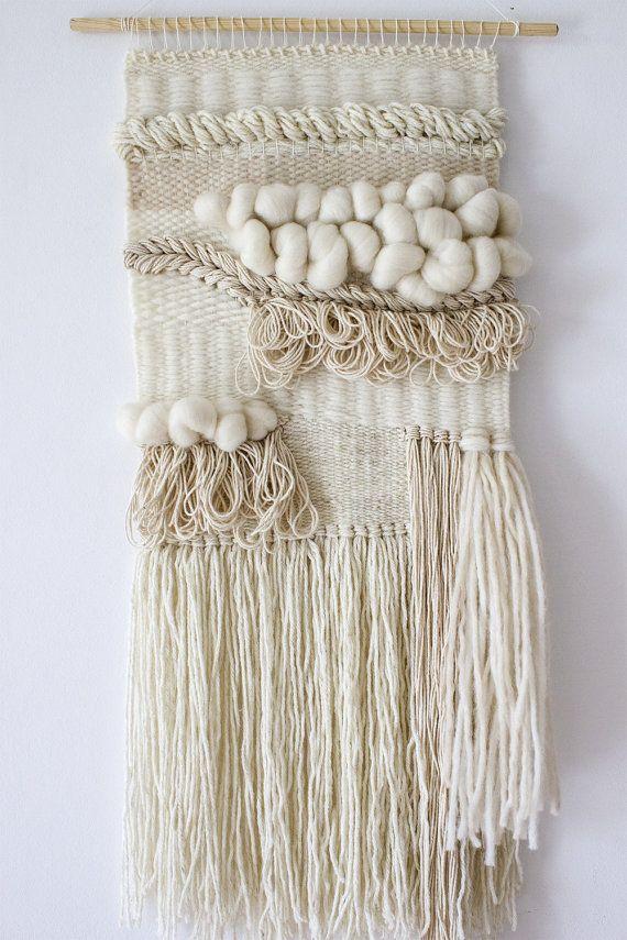 Pared de Boho tejer tapices | Tejido del colgante de pared | Bohemio del colgante de pared | Tapiz de pared de estilo boho | Playa neutral décor| Decoración textil para el hogar   Esta pieza es sapida y visualmente impresionante usando una combinación de fibras como algodón, alpaca bebé con lana, lana y lana merino. Con todas estas texturas, este colgante de pared neutral es la pieza perfecta declaración de sus paredes. Con una leve onda Boho esta belleza adapte a cualquier espacio interior…