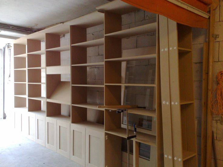 In werkplaats fabriceren van boekenkasten wand