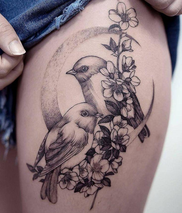 #Idee für ein Vogel Tattoo auf dem Oberschenkel für #Frauen mit Sichelmond und #Blumen