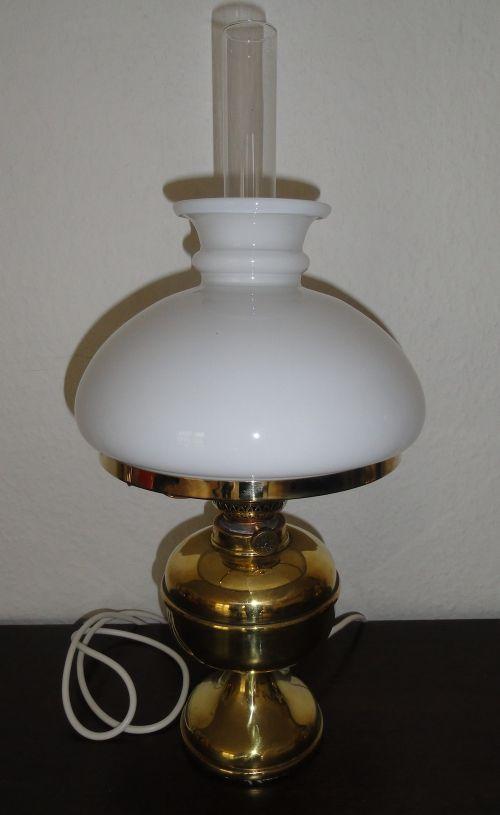 """Flot lampe i """"petroleumslampe - look"""" med ledning og pære."""