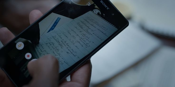 Sony mobile phone in HOUSE OF CARDS (2017)