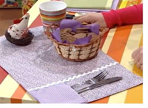 Te enseñamos como hacer un práctico y lindo individual para tu mesa hecho en patchwork. Materiales necesarios: 2 rectángulos de tela 25x35cm/ 2 retazos para los bolsillos/ tijera/ entretela/ plancha/ máquina de coser e hilo/ cinta decorativa
