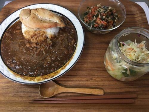 お昼ご飯ぬサラダ、ワカメメカブチャンジャジャコ(w)、ビーフカレーチキン乗せ 笑  「カレーの解説」 大根キャベツもやしニンジンキノコ大根の葉っぱなどの余り野菜と鶏皮を煮たのをカレーにした。 十分煮たけどまだ鶏油が浮いてくるので、ビネガースプレーして手早く混ぜて乳化させた。