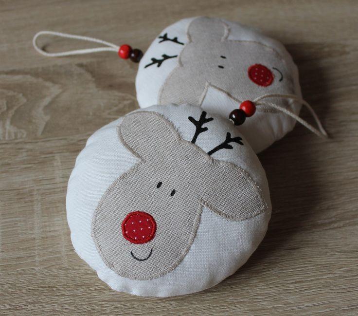 Vánoční ozdoba - Sob  Ozdobte svůj domov textilní dekorací, která se bude báječně vyjímat na vánočním stromku, zavěšená na háčku na zdi, nebo jen tak na větvičce. Můžete ji tákévyužít k nazdobení vánočních svícnů a jiných aranžmá, nejen v interiéru vašeho bydlení. --------------------------------------------------------------  Podrobný ...