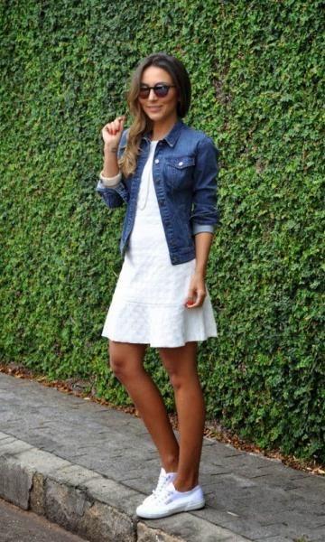 Vestidinho com tênis e caso bata um ventinho, joga uma jaqueta jeans por cima! vestidocomtênis #casual #conforto
