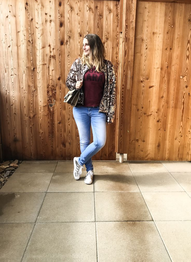 Outfit : Paillettenjacke, Jeans, Adidas Superstars
