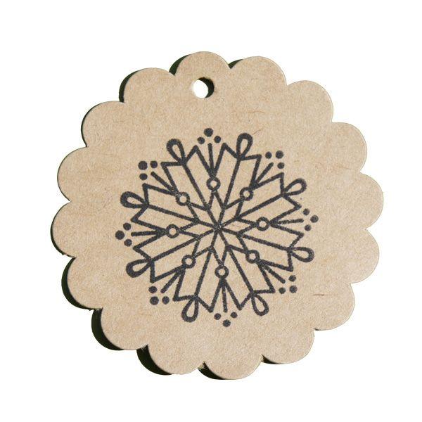 tampon en bois Noël enchanté avec ce flocon graphique sur étiquette kraft rosace