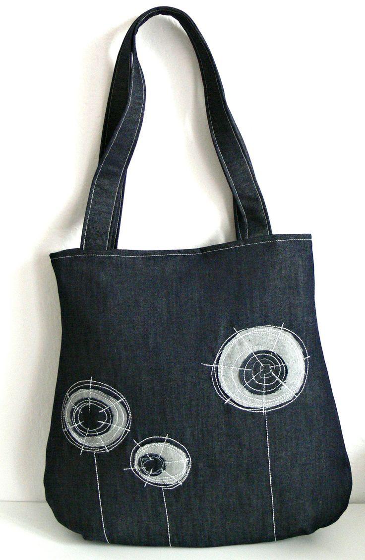 Kabelka Bellet Prostorná taška s aplikací je ušitá z bavlněné látky a tmavé džínoviny. Taška se zapíná na magnet.Uvnitř je podšívka a dvojitá kapsa. Celá kabela je vyztužená vlizelinem. Vel.38cm dole, 32cm nahoře X 36 cm výška. nosí se na rameni- dvě ucha A4 se vejde. ruční praní design by Bellet
