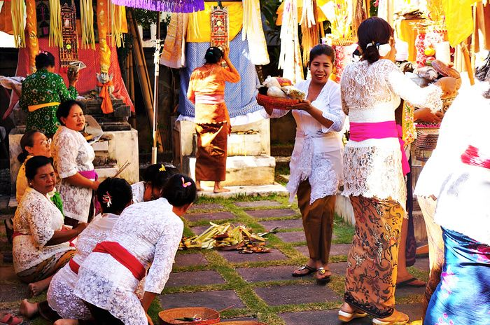 Big day: The family members come early to the temple to prepare Odalan. (Photo by Raditya Margi)