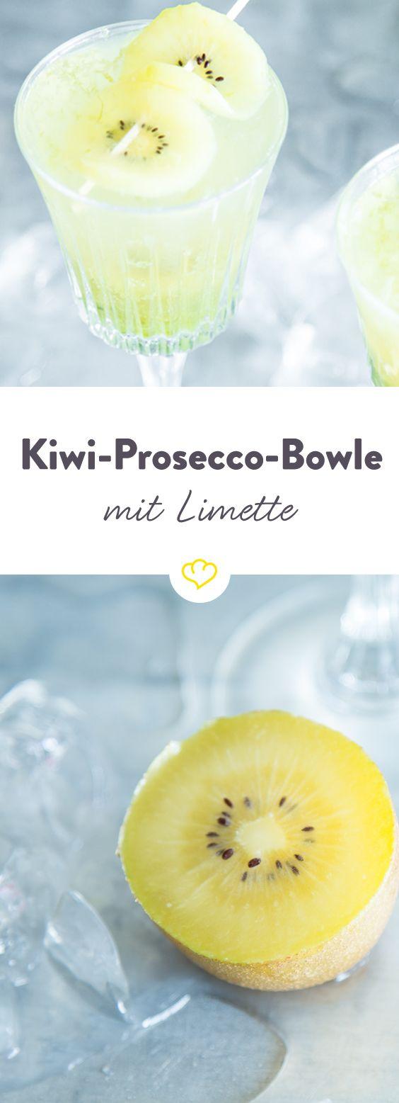 Spritzige Prosecco-Bowle mit Kiwi, Limette und Minze ist der passende Sommerdink für alle, die es sauer mögen. Etwas Süße verleiht der Holunderblütensirup.