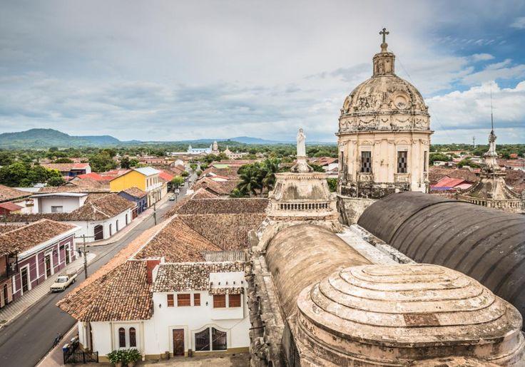 """Den gamle koloniby Granada i Nicaragua er også kendt som """"den ældste by i den nye verden"""".Det er også en virkelig gammel by, men det er muligvis også den smukkeste by, du nogensinde har set. Byen er fornylig blevet udnævnt som værende World Heritage af UNESCO."""