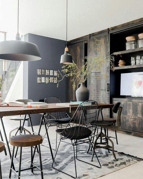 Sala de jantar com muito estilo... Quem curte esse ar industrial e cadeiras diferentes? {foto via Casa Vogue} #cdasalas #saladejantar #diningroom #industrial #decor
