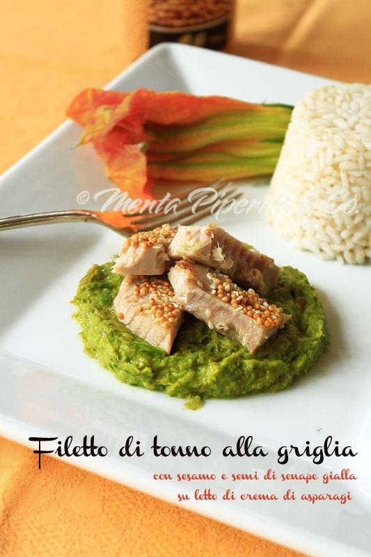 Filetto di tonno con sesamo e semi di senape su letto di crema di asparagi
