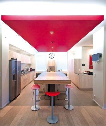 Le faux plafond framboise pour moderniser votre cuisine