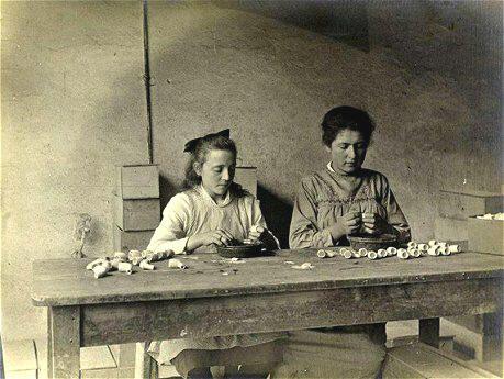 aardewerd en pijpenfabriek gouda 1919 aanbrengen van versierselen op de pijpenkoppen