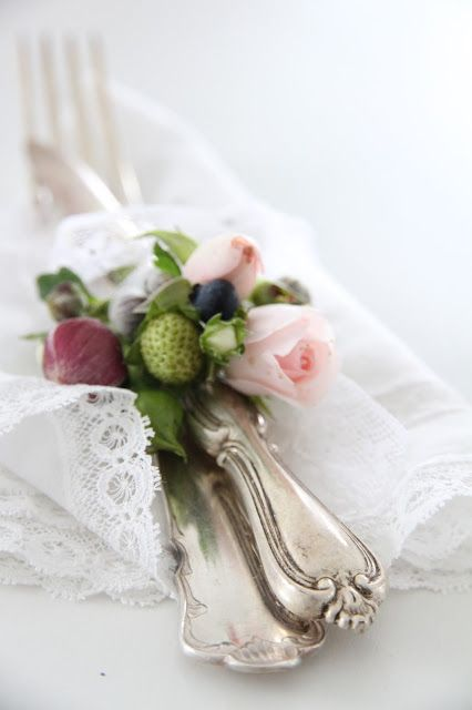 Such a pretty way to add romance to a place setting.