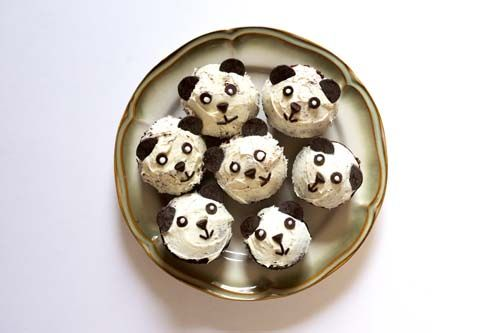 Decorate these cute panda cupcakes - no complicated decorating required. Step-by-step cooking tutorial. Great for kid parties or school functions.