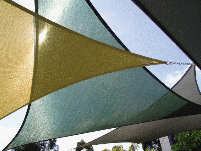 voiles d'ombrage triangulaires en beige,vert foncé et gris