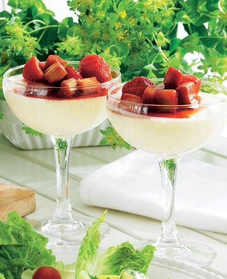 Skøn dessert som vor mormor lavede den - den syrlige kærnemælkfromage får her selskab af en frisk jordbær-rabarberkompotkompot.