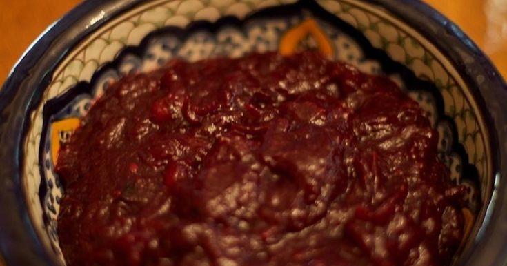 Fabulosa receta para Salsa de arándanos para pavo. La salsa de arándanos o Cranberries popping es la salsa clásica para el pavo relleno de Acción de gracias o Thansgiving y la cena de Nochebuena o comida de Navidad en el Reino Unido. Según el lugar será el sabor, ya que la salsa de arándanos de EEUU es más dulce que la de Inglaterra.  Es muy fácil de preparar, solo hay que hervir en agua con azúcar los arándanos y dejar en el fuego hasta que espese. Puede enriquecerse con otros ingredientes…