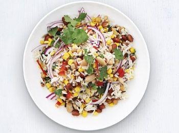 Salată de orez sălbatic și mix de fasole Pregătește-ți o salată cu un conținut ridicat de fibre și cu puține grăsimi. Cina, Reţete de salată, Rețete ușoare și sănătoase, Reţete cu orez, Reţete cu coriandru, Internationala, Pentru familie, Reţete cu fasole, Anul Nou, Reţete cu porumb, Vegetariana