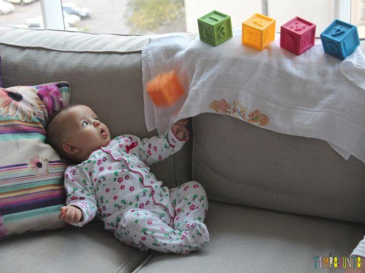 … e olha o que acontece: o cubo laranja cai! Ela consegue o que queria!